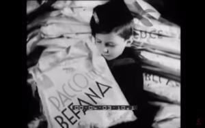 """Anni Trenta. Balilla riceve il pacco dei doni della """"Befana fascista"""""""